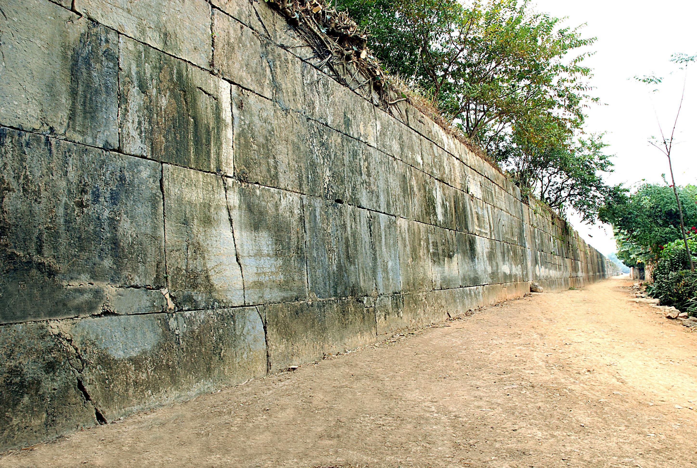 Tường thành đá (ảnh Mạnh Thắng)