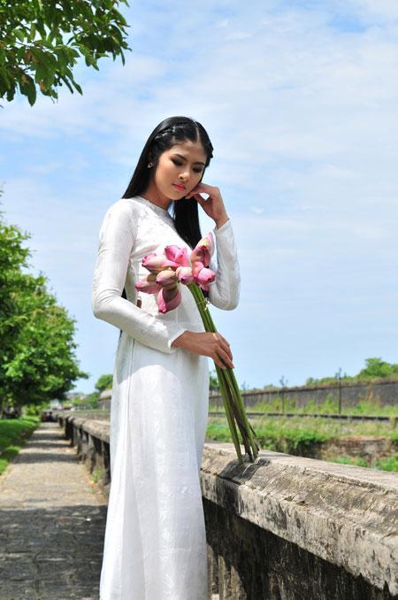 Miss Vietnam Ngoc Han Charming In White Dress Hat Poem