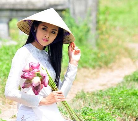 Miss Vietnam Ngoc Han charming in white dress, hat poem and pink lotus